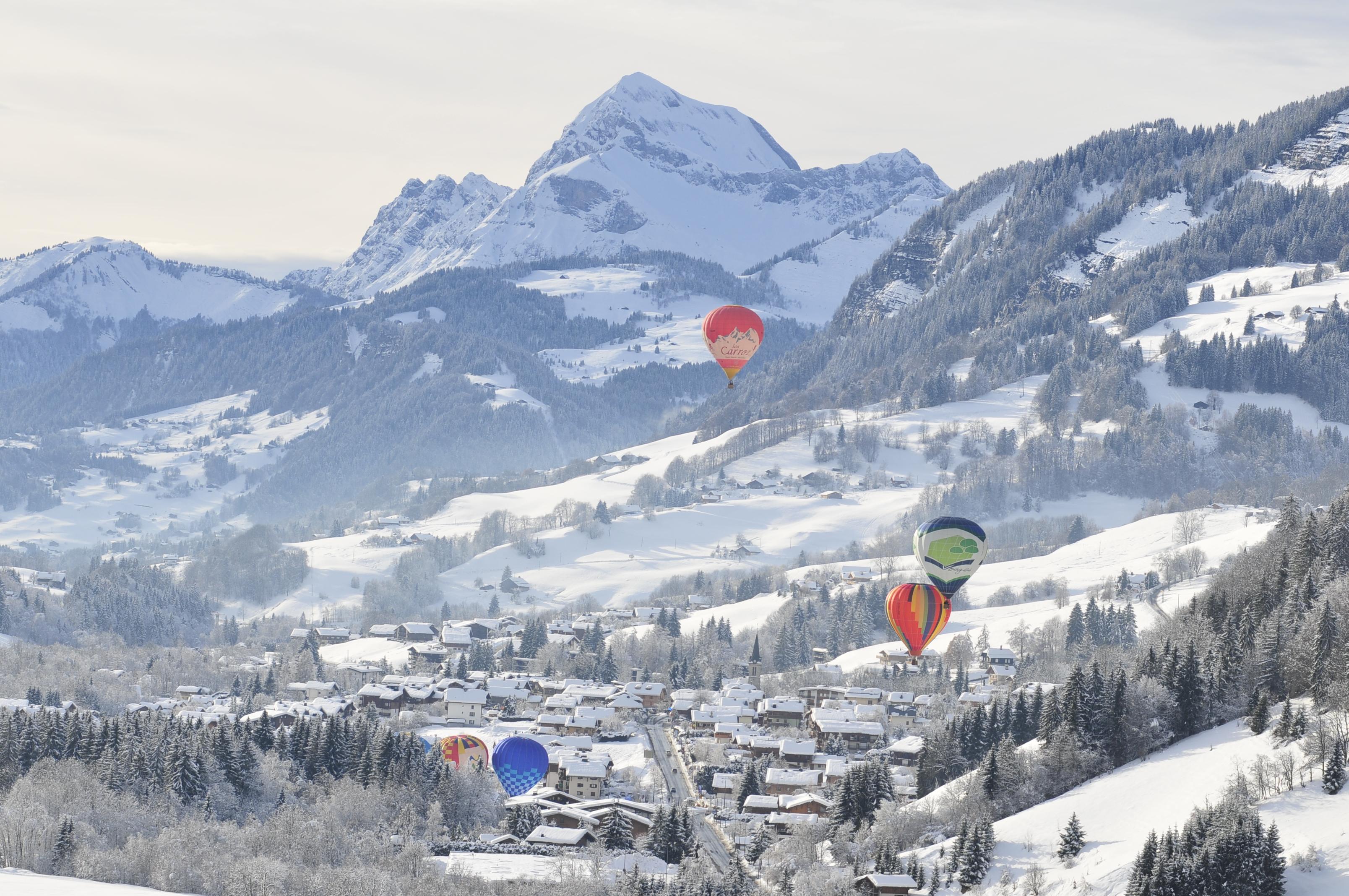 Le village avec des montgolfi res office de tourisme de praz sur arly - Office de tourisme praz sur arly ...